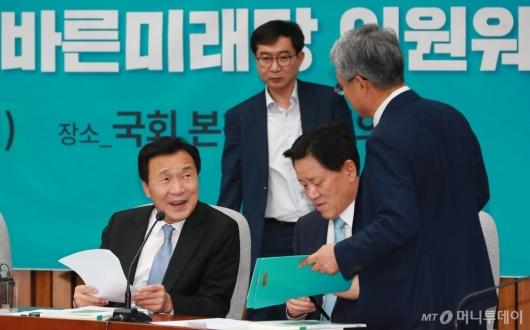[사진]의원워크숍 참석한 손학규 신임 대표