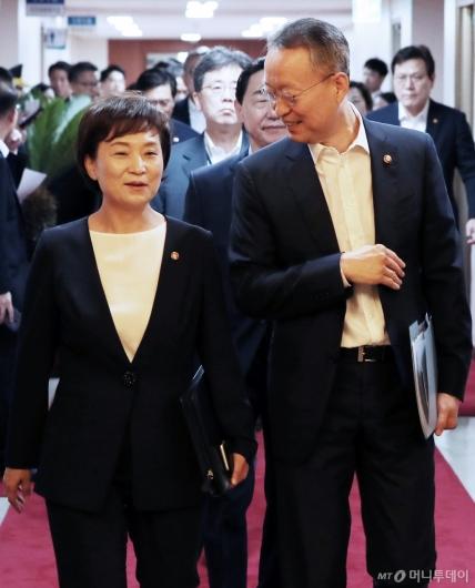[사진]국무회의 참석하는 김현미-백운규