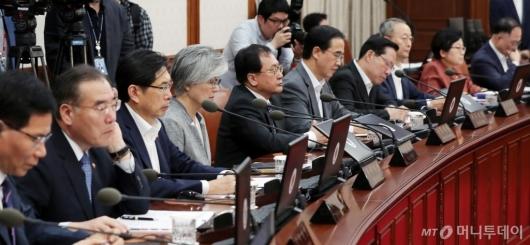 [사진]이낙연 총리 모두발언 경청하는 국무위원들