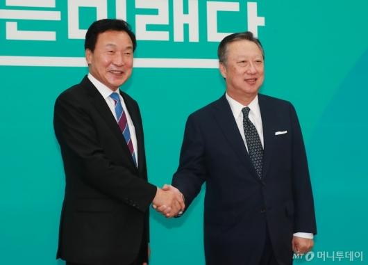 [사진]악수하는 손학규 대표-박용만 회장