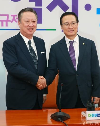[사진]홍영표 원내패됴 찾은 박용만 회장