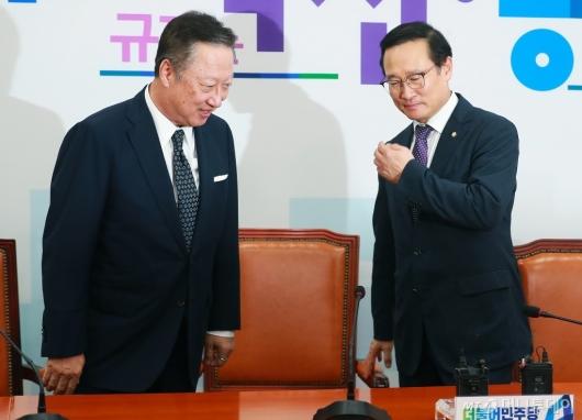 [사진]인사 나누는 박용만-홍영표
