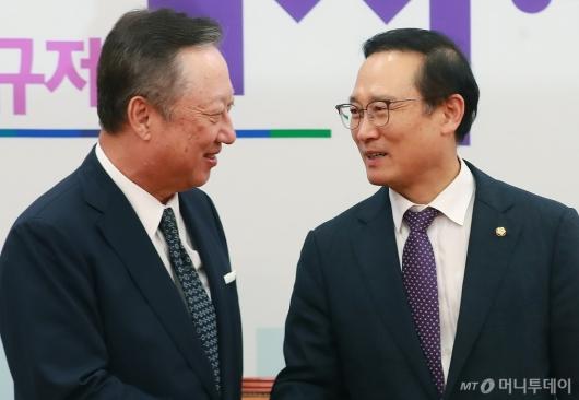 [사진]환담하는 박용만 회장-홍영표 원내대표