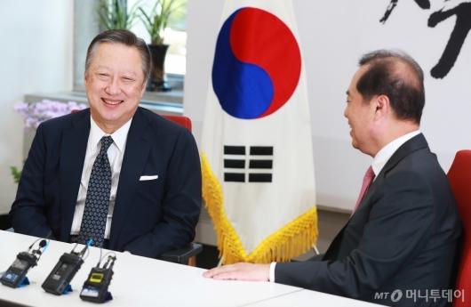 [사진]박용만-김병준 '화기애애'