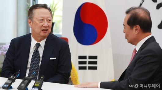 [사진]환담하는 박용만 회장-김병준 위원장