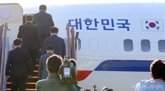 [사진]평양행 비행기 탑승하는 대북특사단