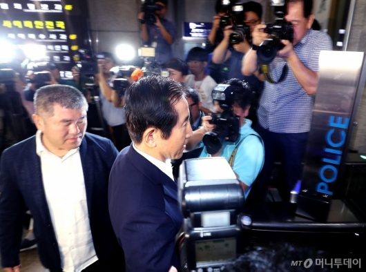 [사진]경찰 조사실 향하는 조현오