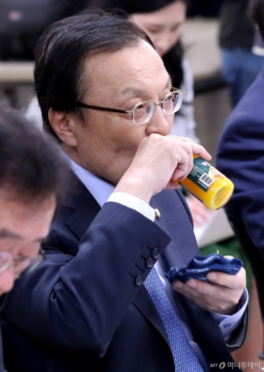 [사진]음료 마시는 이해찬 대표
