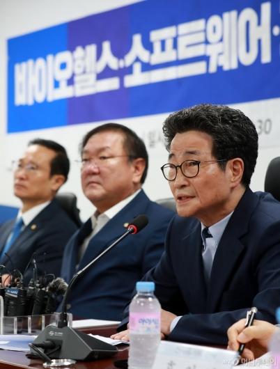 [사진]이목희 부위원장, 신성장동력 일자리창출 당정 참석