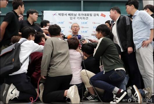 [사진]'쌀딩크' 박항서 감독, 취재진의 관심