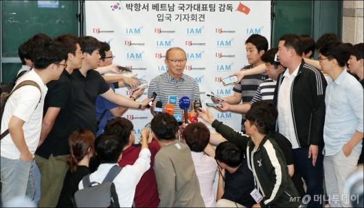 [사진]귀국 인터뷰 갖는 '쌀딩크' 박항서 감독
