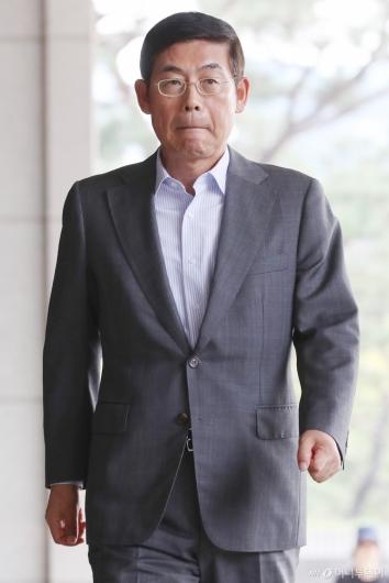 [사진]검찰 출석하는 이상훈 의장