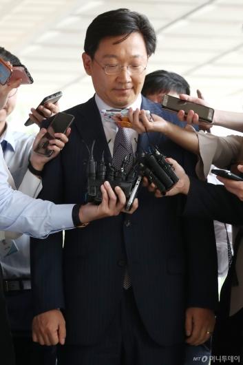 [사진]질문 받는 곽병훈 전 靑 법무비서관