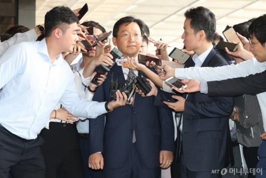 [사진]취재진 질문 받는 곽병훈 전 靑 법무비서관