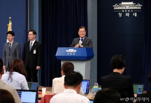 [사진]방북 결과 브리핑 마친 정의용 실장