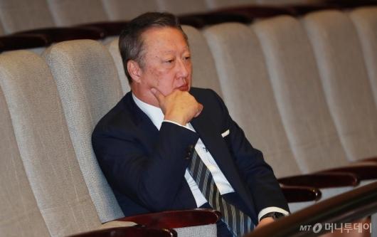 [사진]김관영 대표연설 듣는 박용만 대한상의회장