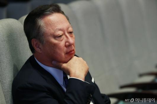 [사진]교섭단체 대표연설 듣는 박용만 회장