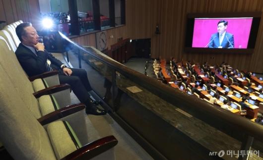[사진]교섭단체 대표연설 경청하는 박용만 대한상의 회장