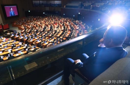 [사진]김관영 대표연설 듣는 박용만 회장