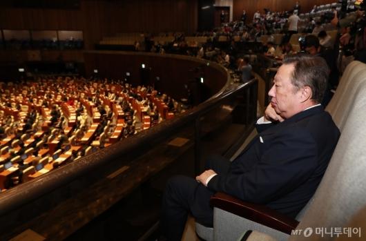 [사진]국회 본회의 방청하는 박용만 회장