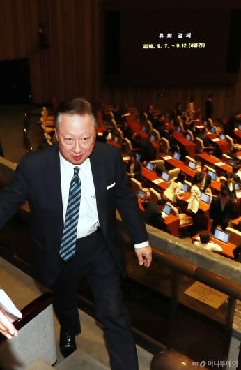 [사진]본회의장 나서는 박용만 회장