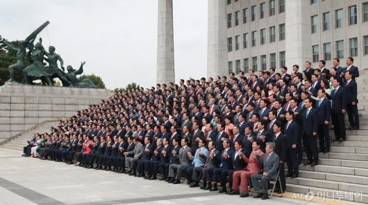 [사진]개원 70주년 기념 단체사진 촬영하는 국회의원들