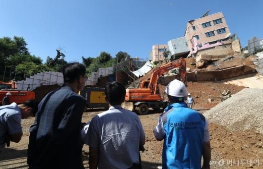 [사진]유치원 붕괴 현장 둘러보는 국토부 관계자들