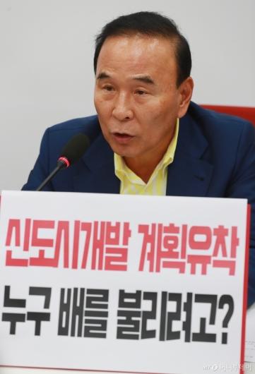 [사진]부동산 정책 관련 기자회견하는 박덕흠