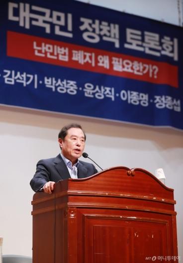 [사진]난민법 폐지 토론회 참석한 김병준