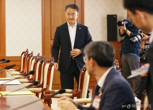 [사진]메르스 긴급 장관회의 참석하는 박능후 장관
