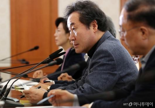 [사진]메르스 긴급 장관회의 주재하는 이낙연