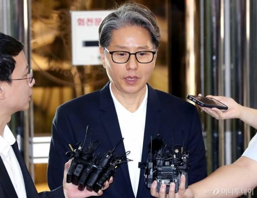 [사진]답변하는 담철곤 회장