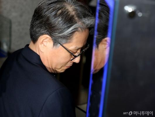 [사진]조사실 향하는 담철곤 회장