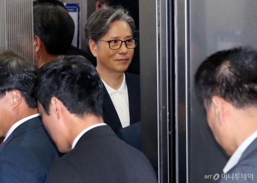 [사진]경찰 조사실 향하는 담철곤 회장