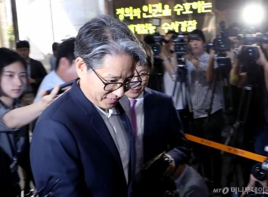 [사진]경찰 출석하는 담철곤 오리온 회장