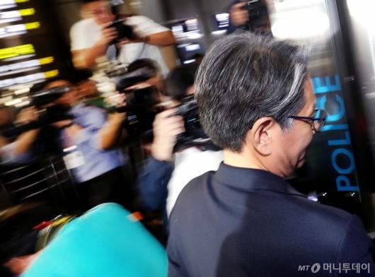 [사진]담철곤 오리온 회장 경찰 출석