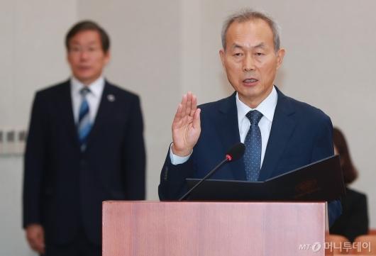 [사진]선서하는 이석태 헌법재판관 후보자