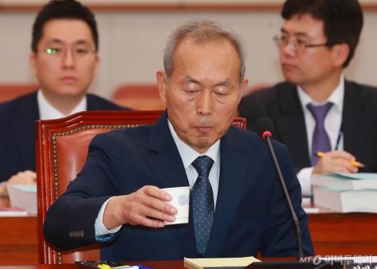 [사진]물 마시는 이석태 헌법재판관 후보자