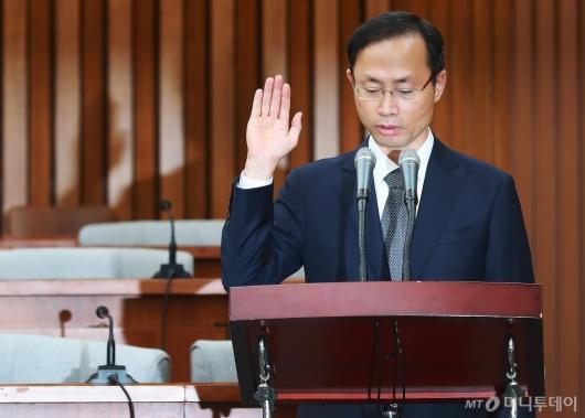 [사진]선서하는 김기영 헌법재판관 후보자