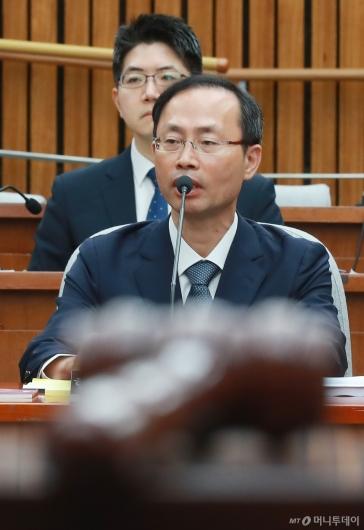 [사진]답변하는 김기영 헌법재판관 후보자
