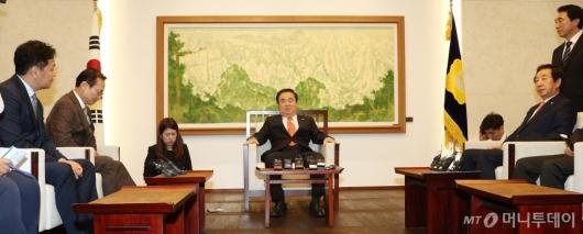 [사진]환담하는 국회의장-3당 원내대표