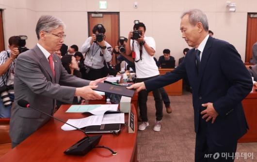 [사진]선서문 전달하는 이석태 헌법재판관 후보자