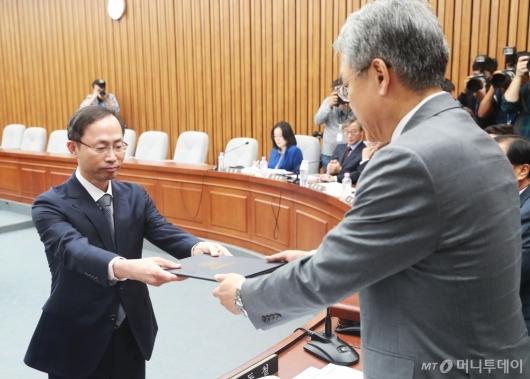 [사진]선서문 전달하는 김기영 헌법재판관 후보자