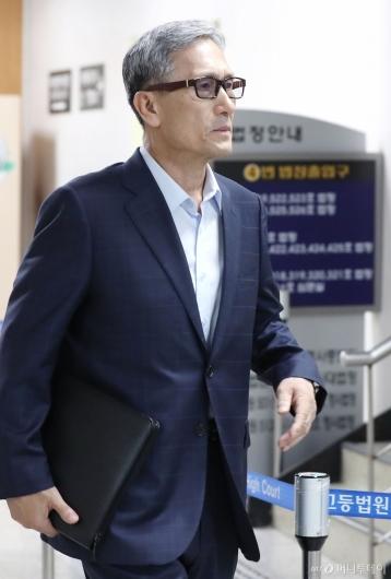 [사진]법정 들어서는 김관진 전 장관