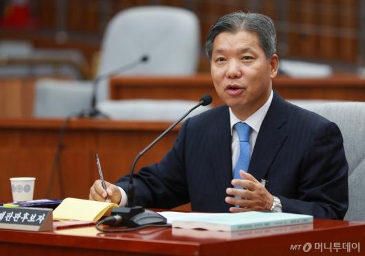 [사진]답변하는 이영진 헌법재판관 후보자
