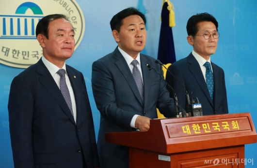 [사진]야3당 원내대표, 정개특위 정상화 촉구 기자회견