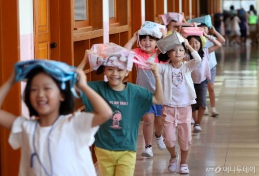 [사진]지진 대피 훈련하는 초등학생들