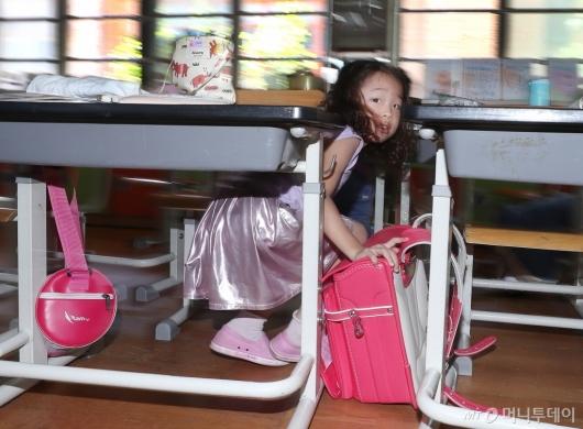 [사진]책상과 가방으로 머리 보호해요