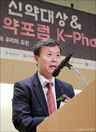 [사진]심사평 하는 여재천 전무