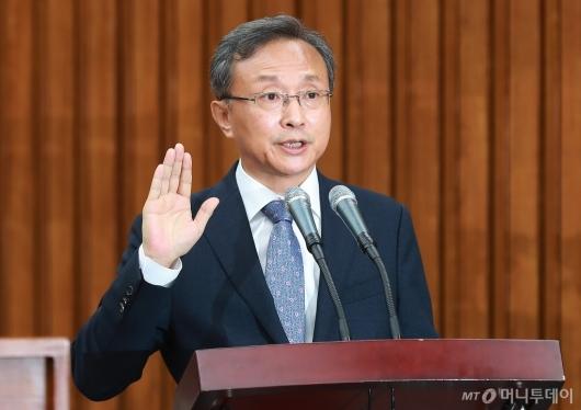 [사진]선서하는 유남석 헌재소장 후보자